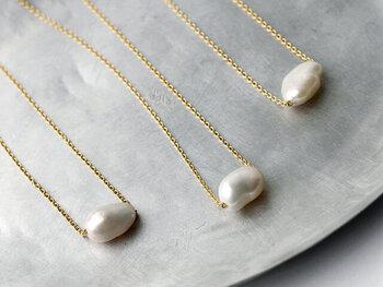 """Laboratorium(ラボラトリウム)の""""keshi pearl necklace""""は、大粒で柔らかな表情の淡水パールに大胆に直接チェーンが通されています。鎖骨あたりまでのチェーンの長さも絶妙で薄着の季節には肌を美しく映えさせてくれますし、シャツやニットの上に着けても上品さをプラスしてくれます。パールはフォーマルなイメージがありますが、普段のカジュアルラインにもコーディネートしやすいネックレスです。"""