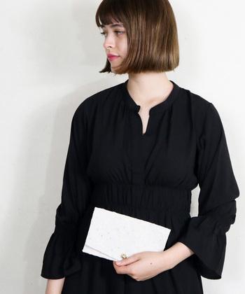 ご祝儀袋を「袱紗(ふくさ)に包んでおくのは、大人の女性のマナー。きちんとした袱紗を用意しておいて。
