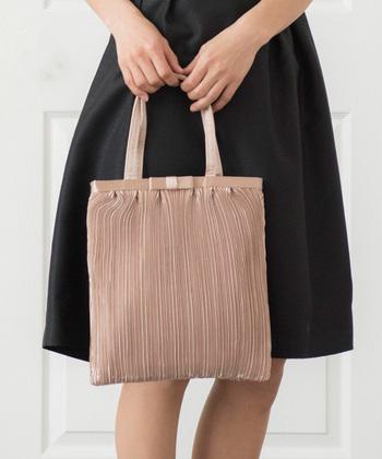 メインのバッグは小さめだから、ご祝儀袋や化粧ポーチが入りきらない……ということも。フォーマルな場所でも活躍する上品なサブバッグと二つ持ちをすれば解決♪