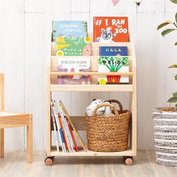 表紙も素敵なお気に入りの絵本は、ぜひ表紙が見えるように収納したいもの。こちらの天然木を使用したハンドメイドの絵本棚は「面だしタイプ」の絵本棚です。パッと見てどの絵本かわかるので、小さなお子さんも自分で見つけて取り出すことができます。キャスター付きなので、リビングやこども部屋などの移動も楽ちんです。