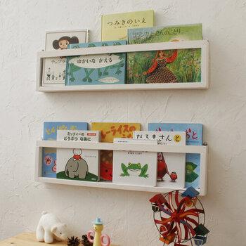リビングや廊下など、本棚を置くほどのスペースは無いけれど、お気に入りの絵本を厳選してディスプレイしたい。それなら、壁にかけて飾れるタイプの絵本棚はいかがでしょうか。アートを飾る感覚で、その日の気分によって飾る絵本を入れ替えてみるのも楽しそうです。