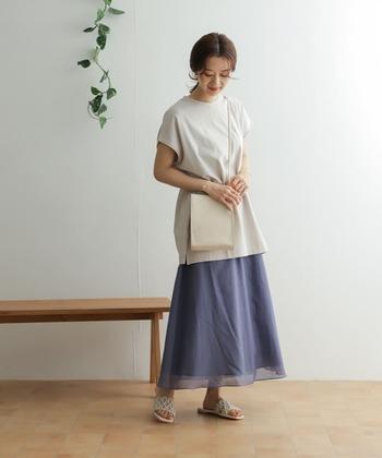 ネイビーと白で統一したコーデでまとめたこちらのコーデ。微妙にトーンの異なる上品な白のバッグ&サンダルを合わせて、やわらかなネイビーのスカートの存在感がぐっと増していますね。 華やかな色の小物を際立たせたいときにも、ネイビースカートは大活躍しますよ!