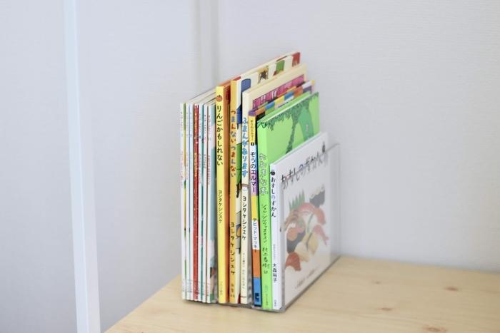 絵本を棚に並べて収納する場合、本棚の中で絵本が斜めになってしまって、子どもが上手く出し入れ出来なかったり、見た目にも美しくない…。そんな時は無印などのアクリル仕切りスタンドを使うのがおすすめ♪ある程度重みがあり倒れにくいので、出し入れも楽々。単体で自立するので、本棚以外の場所で利用することもできますよ。