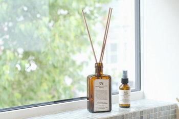 おしゃれな部屋に置いても様になるリードディフューザー。APOTHEKE FRAGRANCE(アポテーケ フレグランス)の調合による3種の香りはどれも洗練されていて、心地よく優雅な空間を演出します。クッションやカーテン、インテリアファブリックにはスプレーを。組み合わせて使えば、良い香りが一層深く暮らしに馴染んでいきそうです。