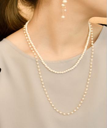 パールや真珠のネックレスの重ね付けは、結婚式などのフォーマルな場にもぴったりですよね。こちらは二連にしても別々にしても使える3way仕様のネックレスなので、様々な場面で活躍してくれます。