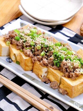 オーブントースターで簡単にできる肉そぼろの厚揚げステーキ。余った肉そぼろを活用すれば、ひき肉から傷めずに済み手間が省けます。食べ応えのある組み合わせで、栄養満点なのもうれしいですね。おつまみとしてもおすすめ。