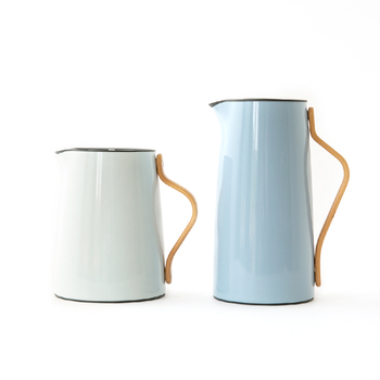 こちらはなめらかな曲線の持ち手が特徴的な「Stelton(ステルトン)」のEmmaシリーズ。内蔵されたフィルターに茶葉を直接入れることができる「ティー」と、スッと細長いデザインの「コーヒー」ジャグの2種類。