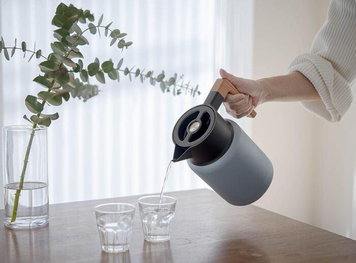 クールなステンレス製のボディに、ナチュラルな天然木(ビーチウッド)のハンドルを採用。洗練されたフォルムと温かみのあるデザインが特徴です。