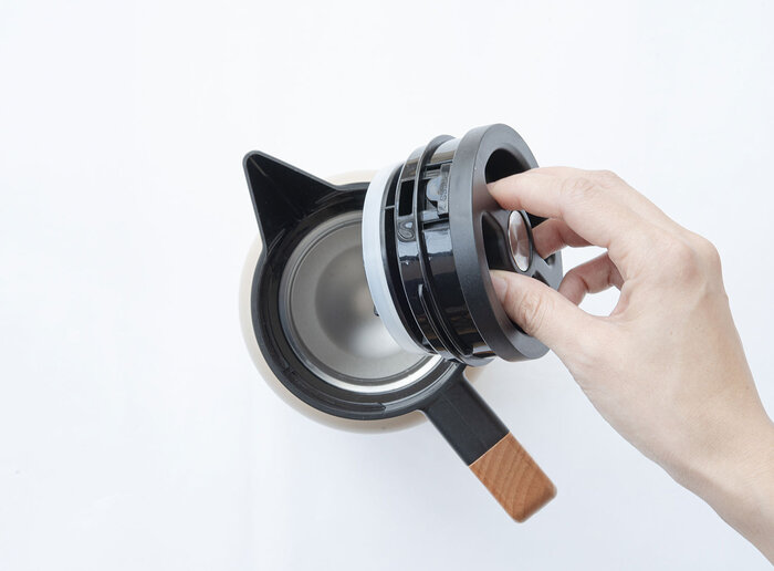 蓋の上にあるボタンをプッシュするだけで注ぎ口の開閉ができて、使い方がとてもシンプル。大きな口径で、ボディの中に手を入れて簡単に洗うことができます。