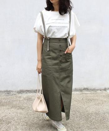 カーキロングスカートは、マキシ丈のフレアスカートを選ぶだけで、女性らしさがグッとアップ♪シンプルな黒のVネックトップスをタックインして、リボンベルト部分をアピールするだけでフェミニンな雰囲気に。