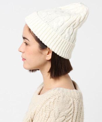 可愛らしいケーブル編みが魅力的なニット帽は、メンズライクになりがちなアウトドアコーデにほんのり可愛らしさをプラスしてくれます。