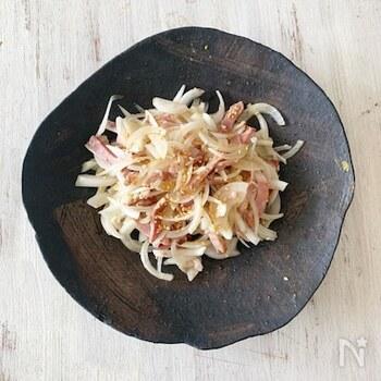 新玉ねぎとチャーシューをごま油風味でまとめたシンプルサラダ。新玉ねぎと焼豚は、薄さをそろえて切ると食べやすいですね。白ごまはひねりながら加えて香りよくトッピングして。