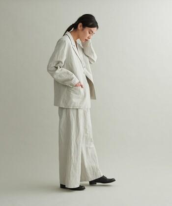コットンリネンで織られたグレンチェック柄がかっこいいジャケット。柔らかさとハンサムさを両立しています。襟の形もきれいで、長く使える1着です。