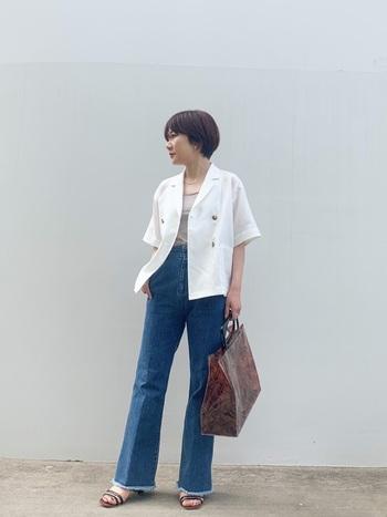 白の半袖ジャケットは、マリンスタイルを思わせる爽やかコーデに。ブルーデニムとの相性もgoodで、清涼感を与えます。バッグは大ぶりですが、ビニール素材で春夏の季節感を持たせています。