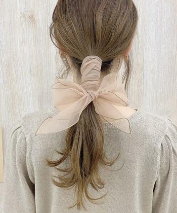 くるくると重なるように巻き付けて、大きくふんわりとリボンを結ぶと、可憐さが増します♪ 髪の毛がふんわりとするくらい残すのがポイントです。