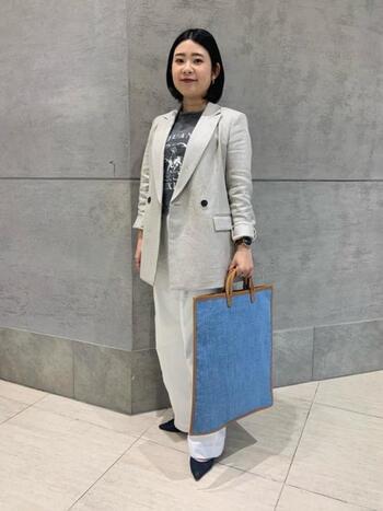 リネン素材が活きるナチュラルベージュのジャケットは、ビジネスシーンでも清潔感を与えてくれるので好印象に。袖口をロールアップさせ、できる女っぽさが漂っています。