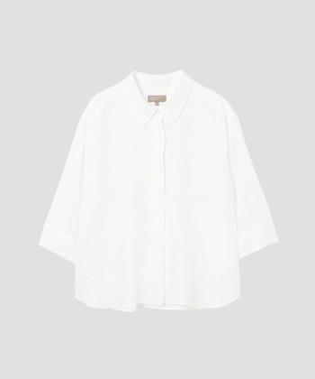 リネンシャツの定番ブランドと言っても過言ではない「MARGARET HOWELL(マーガレットハウエル)」のシャツ。ミニマムなデザインながら、上品で上質なリネンシャツは余分な毛羽を取り除き、肌触りよく着心地の良いのも魅力。夏の羽織としても使うことができますね。
