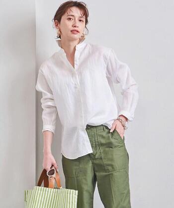 「UNITED ARROWS(ユナイテッドアローズ)」のUBCBリネンシャツは、シャリっと感のでる爽やかなスタイルを演出してくれます。シンプルなファルムで着こなしやすいのが特徴。通勤コーデにもぴったりなリネンシャツは、ボタンを開けたりロールアップすることで印象も変わり、アレンジもOK♪