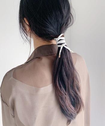 ゆるく結わえたラフなまとめ髪に、アイボリーのワイヤーポニーをプラス。それだけでこなれ感を演出できます。