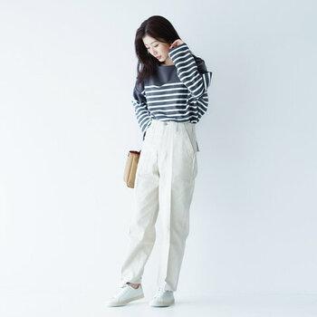 最新白スニーカーコーデ集。人気ブランド別に季節のスタイルを着こなし♪