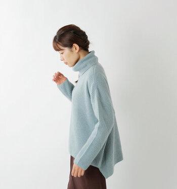 シャーベットアイスのような淡いブルーがきれいなニット。冬のクールビューティーな装いにぴったり。