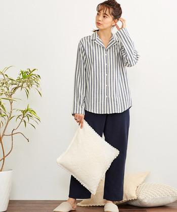 厚手の素材のこちらのパジャマタイプのルームウェアは、季節問わず使える人気のルームウェアです!ワントーンカラーからこちらの上下違うタイプまで様々ご用意♪ゆとりのある形なので見た目からもリラックス感が感じられます◎