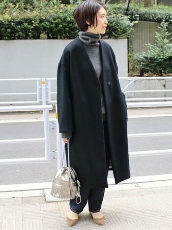 ブラックの濃淡や、柄あり、無地などでワントーンの着こなし。バランスのためなら冬でも足を出すことを惜しみません。
