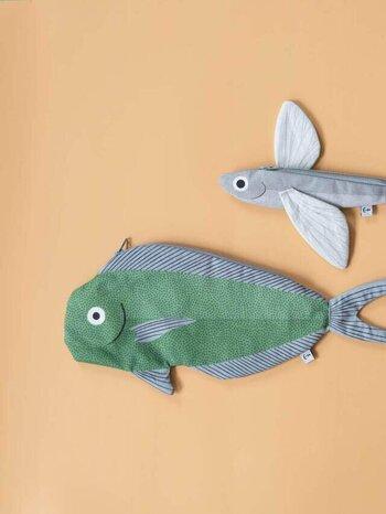「トビウオ」をモチーフとした大きなヒレがキュートな「Flying Fish」と、「シイラ」をモチーフとした大きめで使い勝手の良い「Dolphin Fish」は、撥水加工が施されているので、水辺のレジャーにも大活躍してくれます。どれもそれぞれ嬉しい特徴があり、全部欲しくなっちゃいそう。