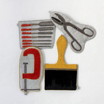他に「Chisel(彫刻刀)」、「C-Clamp(クランプ)」もICカードやクレジットカードなど収まります。どれも伝統的なサリーやタッセルなどを生み出すインドならではの光沢のある美しい素材を使用し、繊細なビーズ細工などの技術により、贅沢で丁寧に仕上げられています。