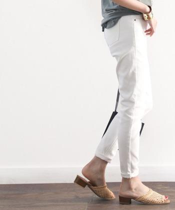 白い色のボトムをはくとき、気になるのが下着の透けやラインの響きですよね。黒やプリントものは透けやすいのでNG!意外なことに、白の下着もけっこう透けやすいので注意が必要です。