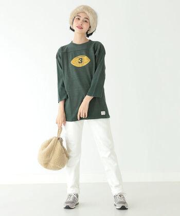 「or:originalityのあるものを、slow:吟味しもの創りをする」をコンセプトに展開するブランド。ホワイトのデニムパンツはすっきりとした細身のシルエット。