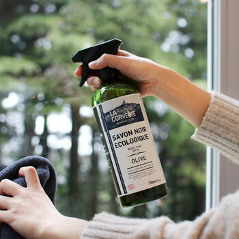 フランスで長く愛される住宅用マルチクリーナーは、99.6%天然素材なので2度拭きも不要で、小さなお子様やペットがいるお家でも安心して使っていただけます。観葉植物などにスプレーすると、クモなども虫よけ効果も。