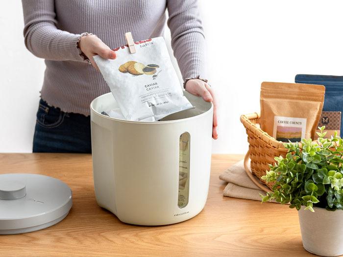 封を開けた小麦粉やお米やパスタ、食べきれないお菓子などを、真空状態にして湿気や酸化から守るフードストッカー。スイッチを入れると、自動で容器の中の気圧を管理して最大3週間、真空状態で保存が可能なので、開けたての美味しさをキープしてくれる優れものです。