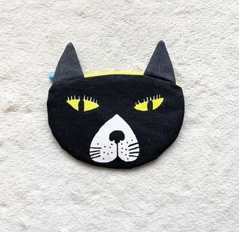個性あふれる黒猫のポーチもあり、こちらも魅力的。ついじっと見つめてしまいそうなオリジナリティのあるポーチです。