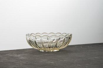 """あんみつには、こんなレトロな丸小鉢はいかがでしょう。1899年創業の「廣田硝子」の""""古代色 雪の花""""と名のついたオパール色のガラス食器は、昭和の金型を現在も使用して作られています。"""
