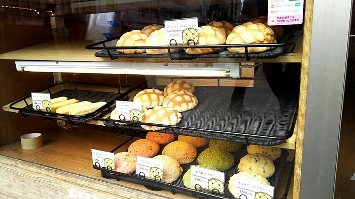 ショーケースに並んだメロンパンを注文するスタイルです。メロンパンだけでも数種類あり、どれにしようか迷ってしまいますね。