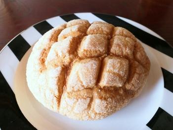 定番の「プレーンメロンパン」は王道の形です。表面のお砂糖は粒が大きく食感のアクセントに。外はカリカリ、中はふんわりしていて、やさしい味わいを楽しめます。