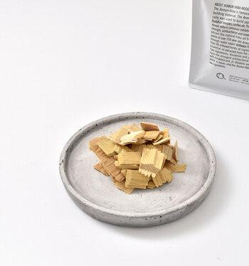 青森ヒバ精油に浸けて熟成されたヒバチップ。リラックス効果のある香りに、消臭・防虫・防ダニ効果まで。素敵な器にのせれば、すっとインテリアにも馴染みます。湿気・防虫対策に、クローゼットにも入れておきましょう。