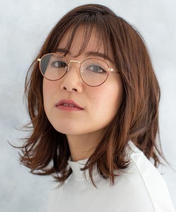 定番ミディスタイルには、コンビネーション細フレーム眼鏡でちらりとオシャレなニュアンスをプラス。カジュアルにもビジネスにも、シーンを選ばず馴染みます。