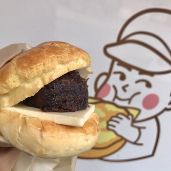 店名にもなっている「菠蘿油(ボーローヨー)」は、クッキー生地をのせて焼いたパンにバターを挟んだ菓子パンのこと。香港が発祥で、台湾やマカオでも食べられるようになりました。一般的なメロンパンとは異なりますが、クッキー生地がのっている点は共通していますね。ボリューミーなビジュアルに、食べる前から期待が高まります。
