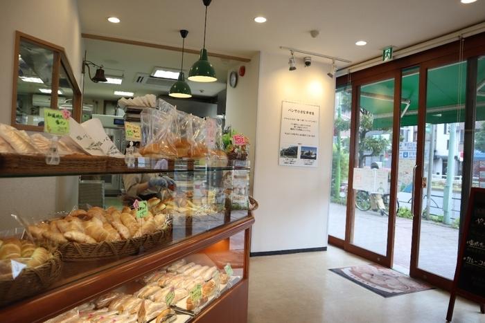 東京スカイツリーから徒歩圏内にある「塩パン屋 パン・メゾン」は、元祖塩パン専門店として知られる愛媛県の「パン・メゾン」の姉妹店です。浅草通り沿いにあるお店は広く明るくて、次々と焼き立てのパンが店頭に並びます。