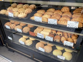 ショーケースには香ばしい焼き色がついたパンがずらり。メロンパンだけで常時5~6種類並んでいます。神保町の駅から近いので、オフィスでのランチにする方も多いんですよ。