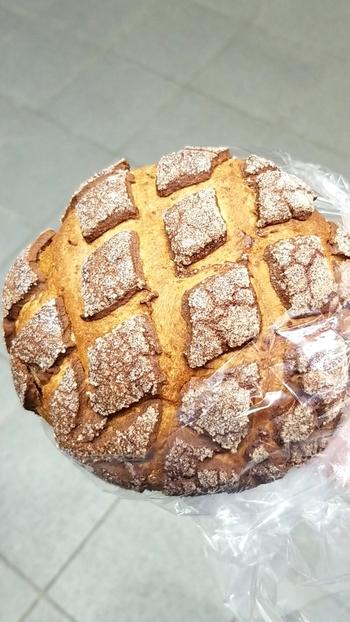 甘さ控えめのチョコクッキー生地をのせて焼いた「ショコラメロンパン」は、ザクザク食感がやみつきになると人気。ほかにも芳醇な香りが人気の「シナモンメロンパン」や、キャラメルクッキーをのせた「キャラメルメロンパン」などもおすすめです。