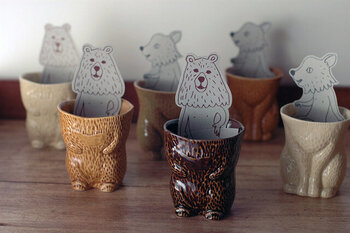 クマやキツネが毛皮を脱いだような形をモチーフにした陶器。ユーモラスで見るたびに気持ちが和みそう。コミカルなPOPカードも付いてきます。