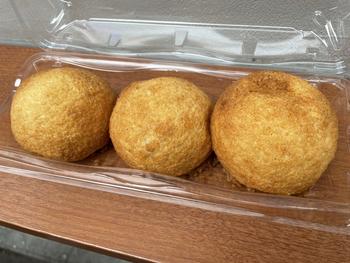 まん丸の形が個性的。外側の生地は甘さとサクサク感がメロンパンそのもので、見た目とのキャップがあります。中国出身のシェフがお店で生地から手作りしている自信作です。