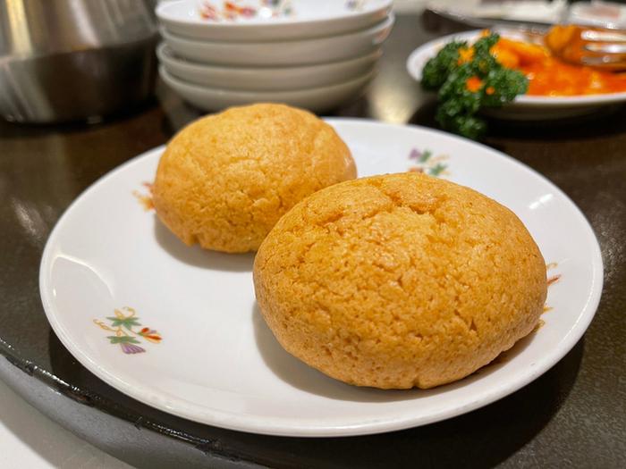 広東料理をベースに考案されたメニューのなかでも、人気が高いのが「菜香チャーシューメロンパン」です。ふた口ほどで食べられる小さめサイズなので、コースにプラスするのもアラカルトで注文するのもおすすめです。