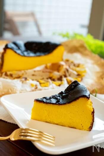 かぼちゃの黄色が鮮やかで、黒い表面とのコントラストが綺麗ですね。かぼちゃはレンジで柔らかくし、他の材料と合わせてミキサーで混ぜます。リラックスタイムのお供にぴったりのケーキですよ。
