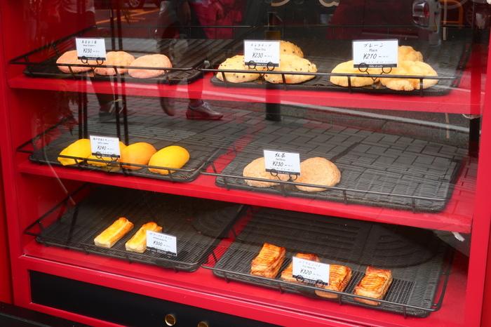 藤沢駅から徒歩5分ほどのところにある「Melon de melon(メロン・ドュ・メロン)」は、2021年5月にオープンしたばかりのメロンパン専門店。世界各国の高級食材にこだわって作られているのが特徴で、おしゃれな雰囲気もステキです。