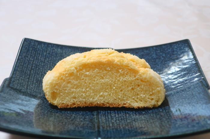 王道の「プレーンメロンパン」もぜひ押さえておきたいですね。ブリオッシュタイプのパン生地にのせているのは、アーモンドパウダーを加えたビスケット生地。ふんわり広がる風味とやわらかなパンが上品な味わいです。  ほかにも、静岡県産の高級クラウンマスクメロンで作ったクリームが入った「クラウンメロンパン」や白桃果肉がみずみずしい季節限定の「白桃メロンパン」など、ここでしか出合えないメロンパンがたくさんありますよ。