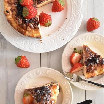 生地の中にもトッピングにもイチゴを使った、イチゴ尽くしのチーズケーキです。生地に混ぜ込んだイチゴの食感が良いアクセントに◎サワークリームの酸味が、イチゴの甘酸っぱさとよく合います。